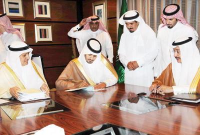 توقيع 8 عقود للصيانة وتنفيذ الطرق